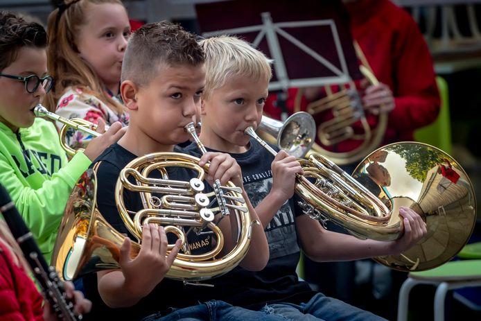 Kinderen mochten een liedje meespelen met de harmonie.