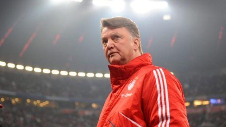 Bayern München-trainer Louis van Gaal druipt teleurgsteld af na de nederlaag tegen Frankfurt. ANP Beeld