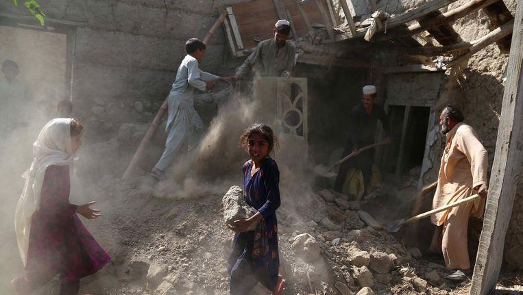 Een Afghaanse familie keer terug naar waar hun huis stond nadat IS-strijders en Amerikaanse troepen er hebben huisgehouden.