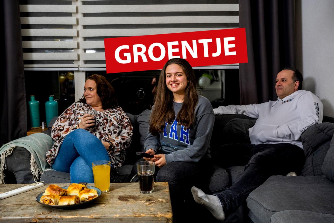 Samra op de bank bij haar ouders in Bodegraven.