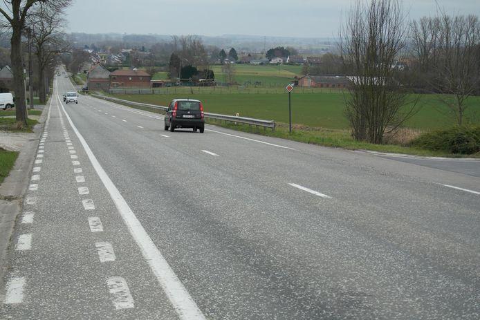 Om de veiligheid te verbeteren, vernieuwt de aannemer een deel van de fietspaden langs de Edingseweg.