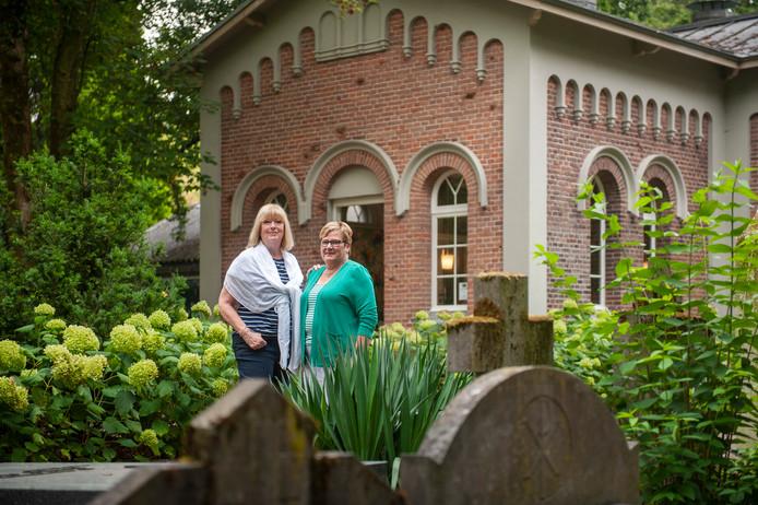 Gastvrouwen Marjella Kempkens (links) en Anny de Laat bij theehuis Het Theelicht op begraafplaats Orthen in Den Bosch
