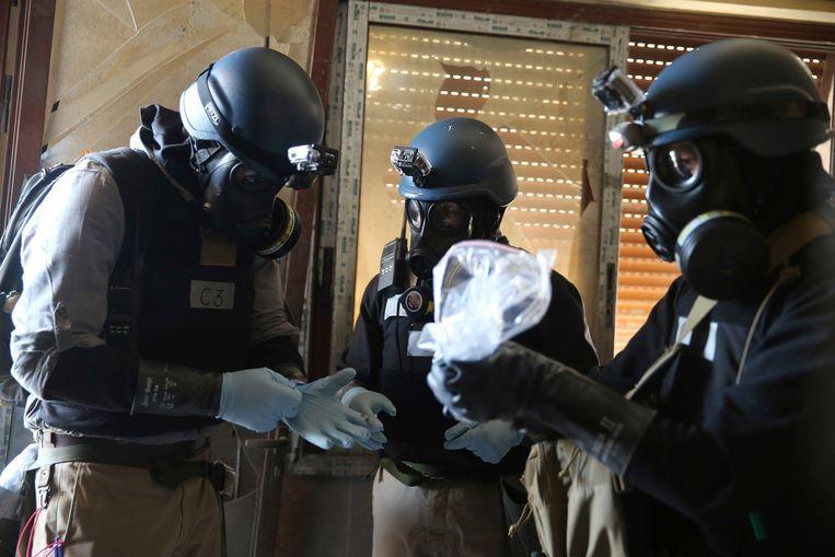 VN-wapenexperts onderzoeken monsters die mogelijk duiden op het gebruik van chemische wapens. (Foto is augustus vorig jaar gemaakt). Beeld reuters