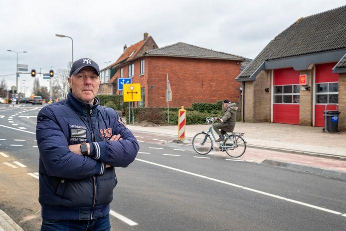 Eigenaar Ronald Wallet van een fietsenwinkel in Leimuiden vindt dat de nieuwe verkeerssituatie in de Dr. Stapenséastraat levensgevaarlijk is voor fietsers.