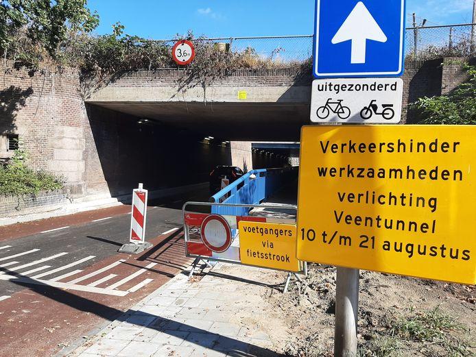 De tunnel vandaag bij daglicht, het blauwe hek blijft blauw.