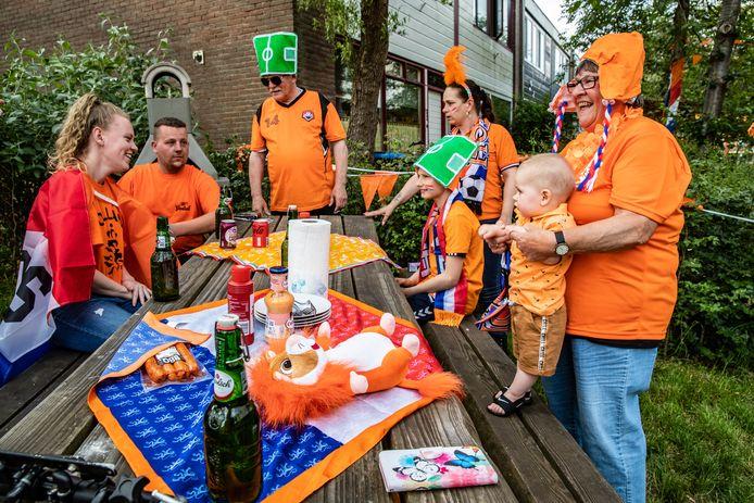 De wedstrijden van Oranje op Euro2020 kijken we vooral thuis. Toch mist een minderheid het samen kijken in de kroeg. De familie Groenink in Deventer is er alvast klaar voor.