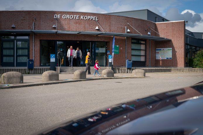 Zwembad De Grote Koppel in Arnhem-Zuid op archiefbeeld. 'Het zwemmen verloopt soepel. De ene baan heen, onder het koord door en dan de andere baan terug.'