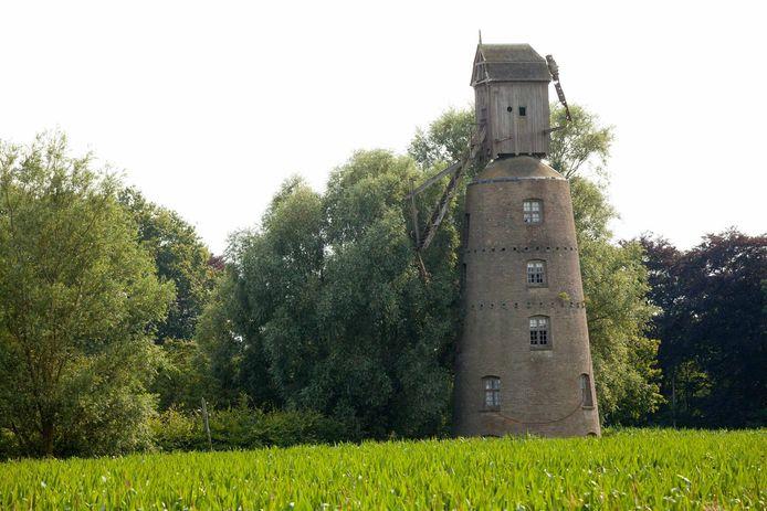 De vervallen Meerlaanmolen, eigendom van de stad, is meteen toegankelijk omdat de omliggende gronden in privébezit zijn.
