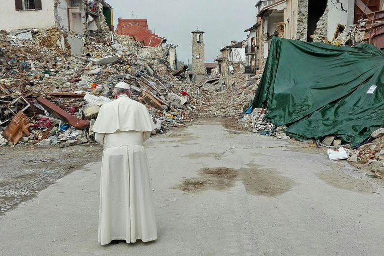Paus Franciscus bidt bij het puin in Amatrice. Beeld EPA