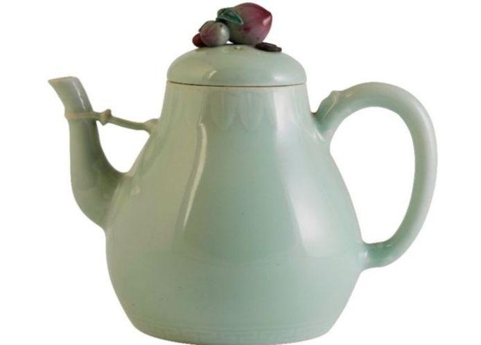 De Chinese theepot werd voor meer dan een miljoen pond verkocht.