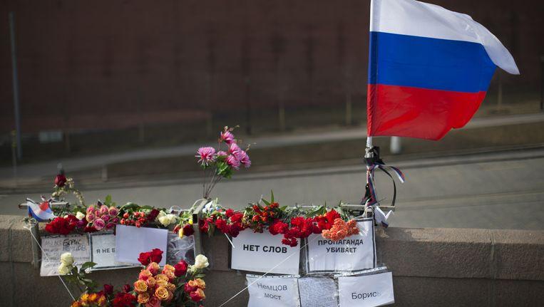 Vandaag werden opnieuw bloemen gelegd op de plek waar Boris Nemtsov werd vermoord Beeld ap
