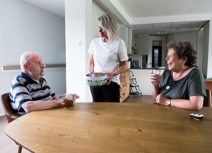 Het logeerhuis Bredius is bedoeld om mantelzorgers te ontlasten en is een groot succes. Vrijwilligers Mary (r) en Debby drinken een kopje thee met Jos de Vor.