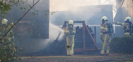 Oplegger in brand in Balkbrug, enorme rookwolken in de omgeving te zien