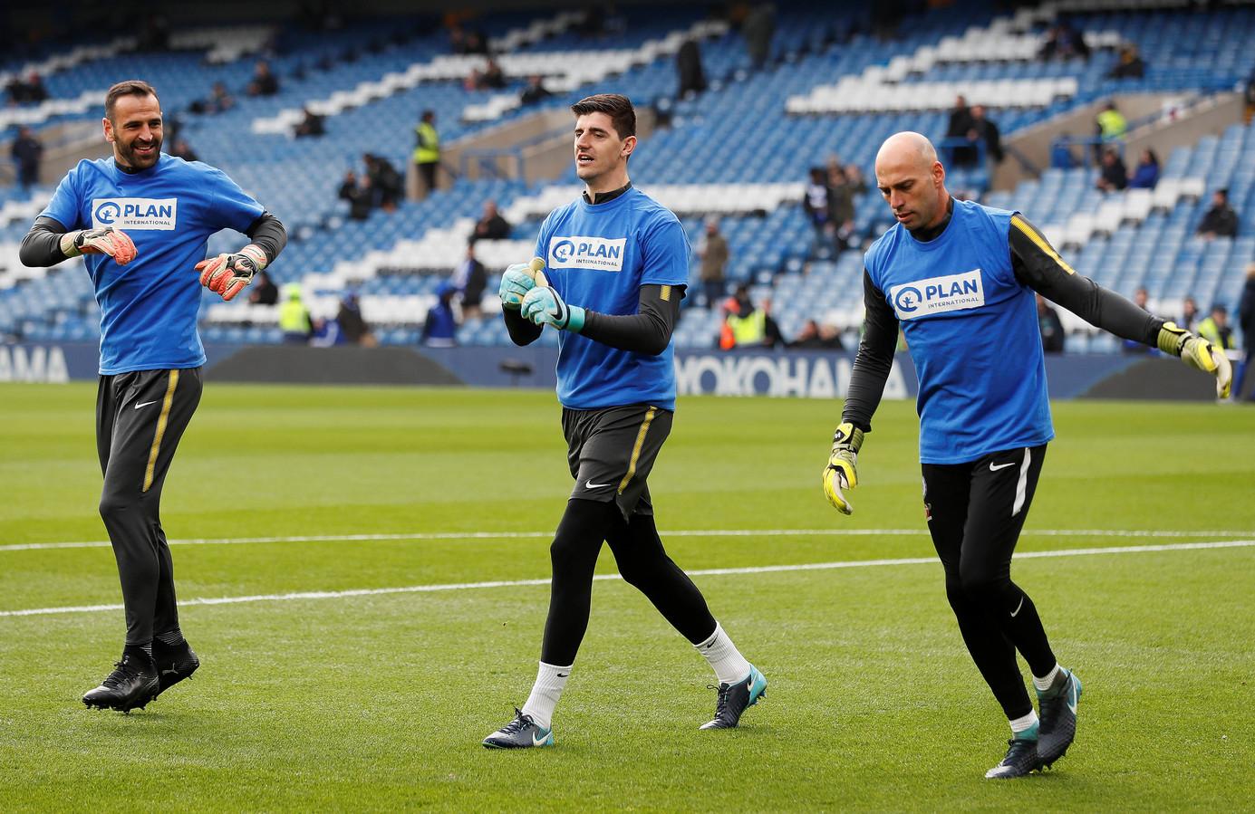 Eduardo in zijn rol bij Chelsea. Hij doet de warming-up met eerste keeper Thibaut Courtois (midden) en Willy Caballero (rechts). De Portugees gaat nu bij Vitesse aan de slag.