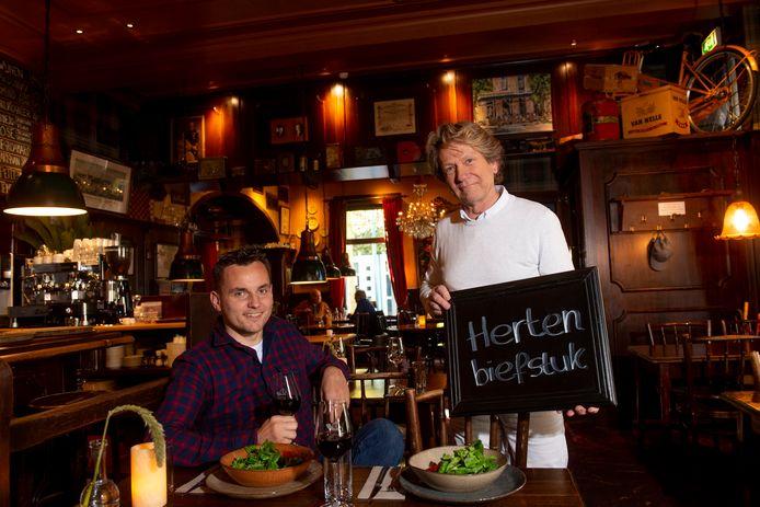 Jacques Holthuis (rechts) van De Posthoorn en Jan Lowin IJzerman.