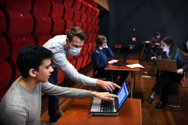 Leerlingen van het Titus Brandsmalyceum in Oss krijgen les in theater De Lievekamp aldaar. Vanaf 31 mei gaan de middelbare scholen elke lesdag weer open. Beeld Marcel van den Bergh
