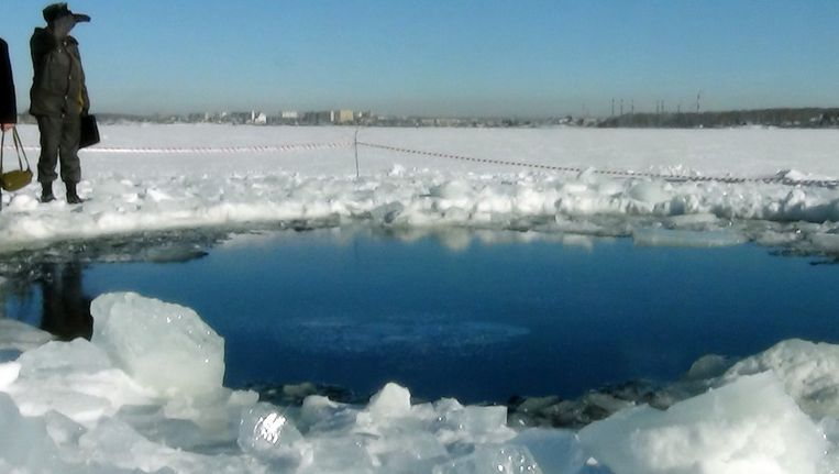 Het gat in het ijs van het meer. Beeld afp