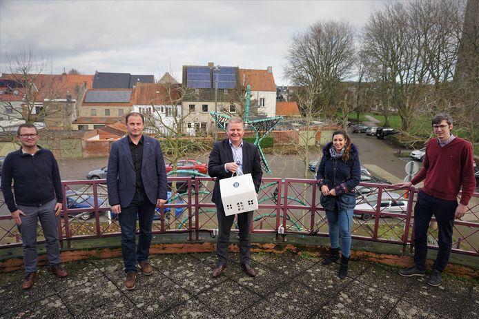 Het schepencollege van Oudenburg schenkt alle medewerkers en vrijwilligers een aperobox met lekkers.
