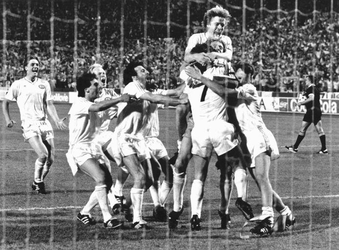 PSV wint in 1988 de Europa Cup 1 na strafschoppen tegen Benfica. Onder anderen Kieft, Vanenburg, Koeman, Gerets en Lerby schreeuwen het uit.