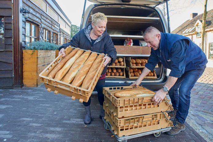 Joop en Jeanne van der Rijt leveren manden vol vers stokbrood af bij een van hun vele vaste klanten, restaurant Marc's Bar BQ in Uden.