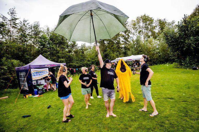 De vriendengroep van Gerda Roosenbrand is speciaal naar een camping in Zeewolde, nabij Biddinghuizen, getogen om een eigen Lowlands-editie te vieren. Beeld Ben Houdijk