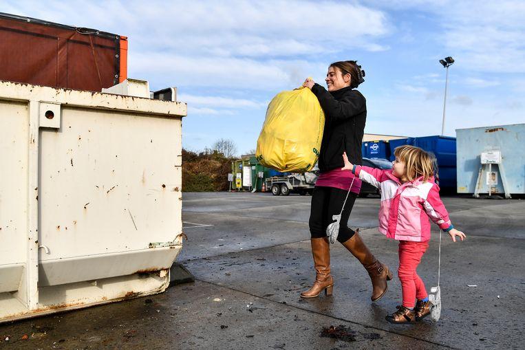 In Lebbeke stroomden de eerste inwoners al toe om hun huisvuil kwijt te geraken.