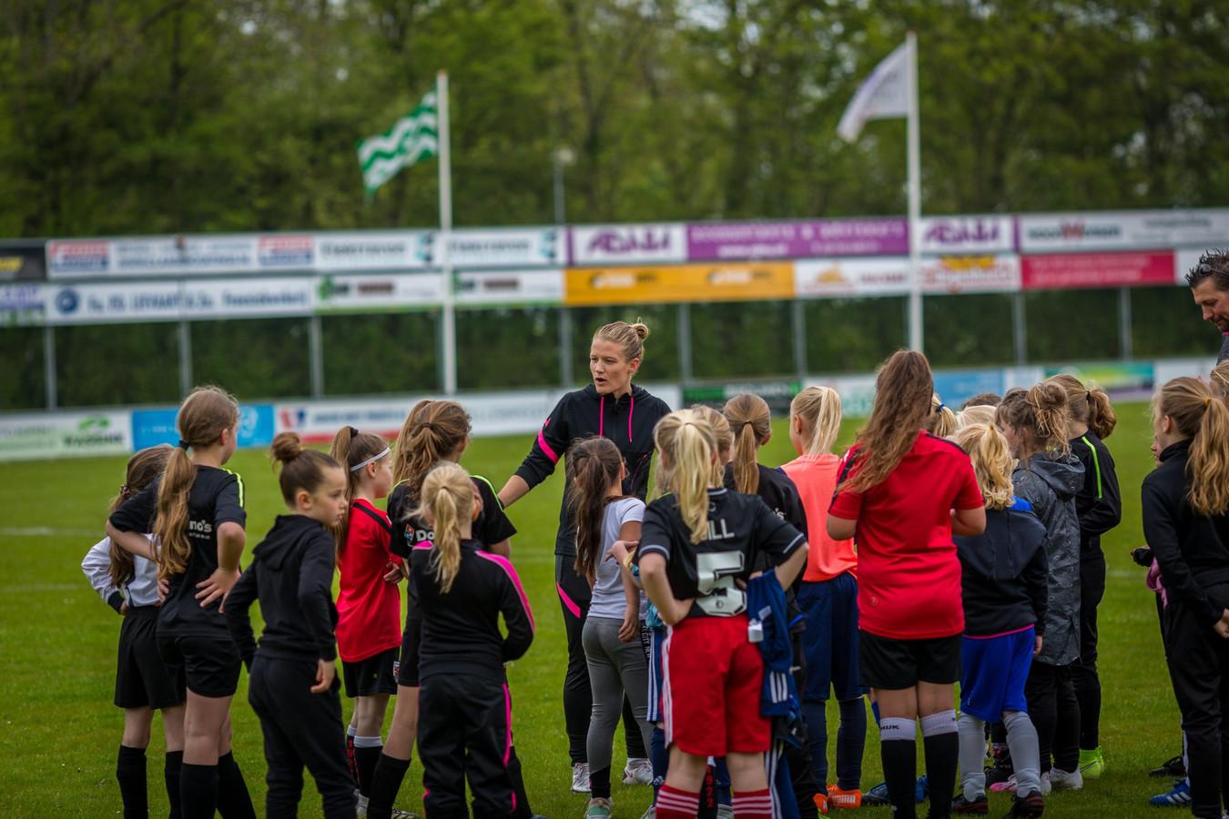 Mandy van den Berg bij een eerdere clinic bij voetbalvereniging Naaldwijk.