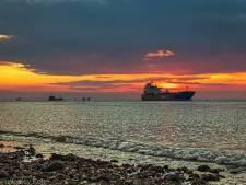 Containerreuzen naderen Westerschelde na stremming Suezkanaal