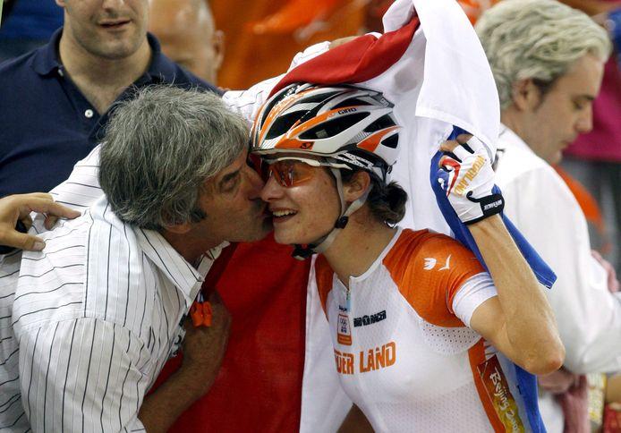 De Olympische Spelen van 2008 in China: Marianne Vos wordt omhelsd door haar vader Henk, nadat ze haar eerste gouden olympische medaille heeft behaald tijdens de puntenkoers op de baan.