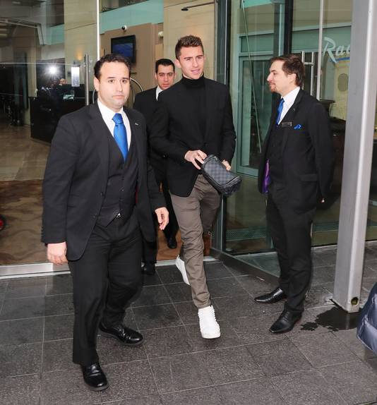 Laporte verlaat zijn hotel in Manchester.