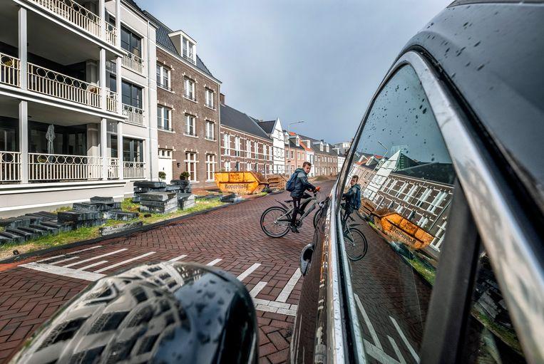 In de Thoden van Velzenstraat in Zwolle is het bakstenen huis met dakkapel onlangs verkocht voor één miljoen euro. In Nederland bevinden zich 84 duizend huizen in het topsegment. Beeld Raymond Rutting / de Volkskrant
