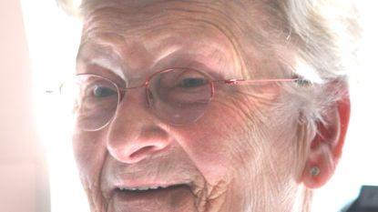 """Leentje (86) overleden aan corona, ook echtgenoot in ziekenhuis: """"Hard hoe dit virus toeslaat bij mama, die fysiek en geestelijk nog gezond was"""""""
