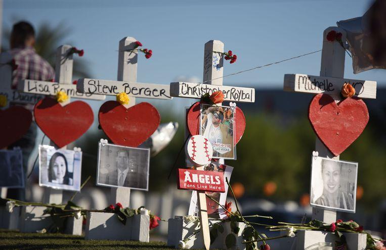 Kruisjes met foto's van enkele van de slachtoffers van de schietpartij in Los Angeles. Beeld AFP