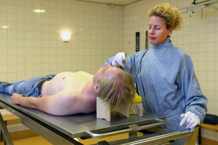 Post-mortem visagist Veran Heijboer zorgt ervoor dat overledenen eruitzien zoals we ze herinneren. De foto is in scène gezet.