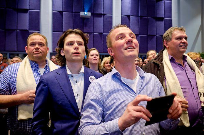 PNL'ers Ton van de Wijdeven, Bowen Straatman, Arian de Groot en Wim van Dijk volgen vol spanning de verkiezingsuitslagen.
