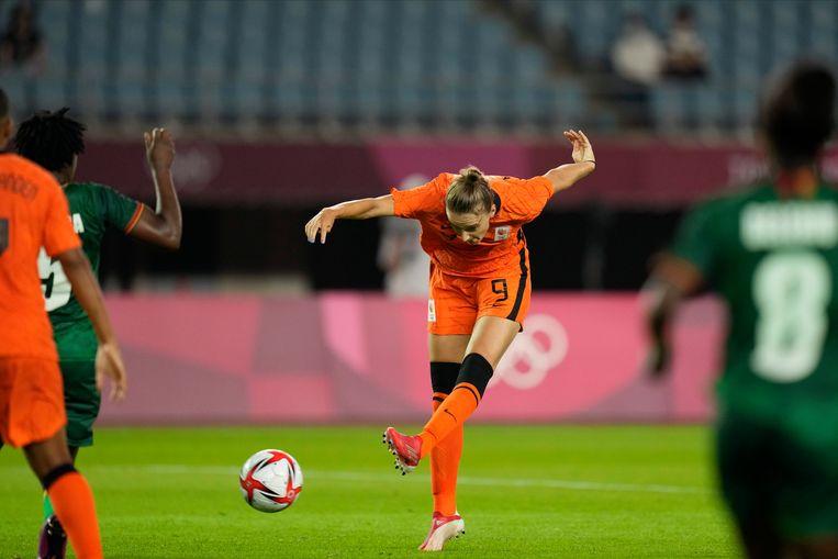 Vivianne Miedema maakt haar derde doelpunt tegen Zambia. Beeld AP