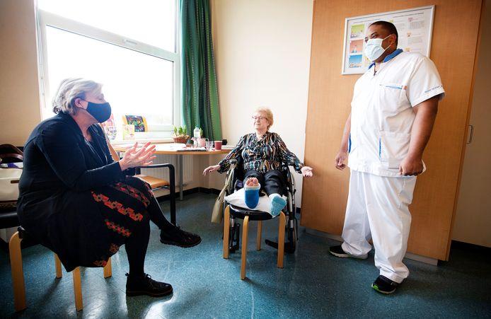Minister van Defensie Ank Bijleveld in gesprek met patiënt mevrouw Valkenburgh en militair Melvin.