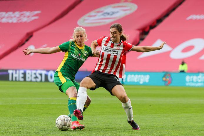 PSV-speelster Aniek Nouwen (rechts) duelleert met Jannette van Belen van ADO Den Haag.