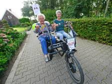 De Hoeve heeft nu een duofiets: 'Ik heb zó lang niet gefietst, hartstikke leuk!'