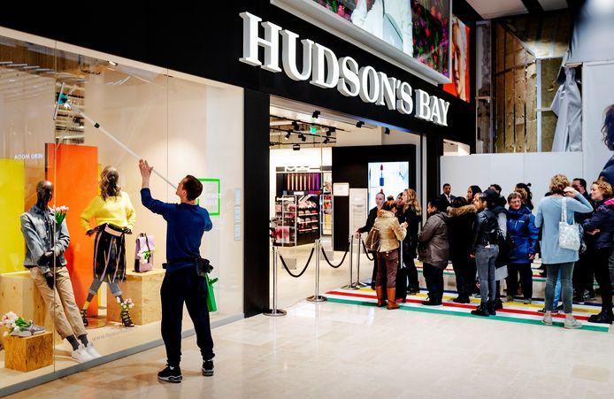 Mensen staan in de rij tijdens de opening van het warenhuis Hudson's Bay in Utrecht in maart dit jaar.