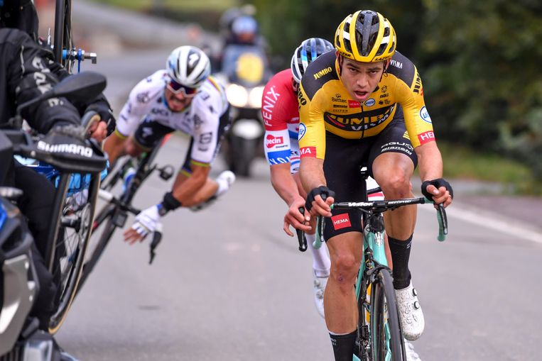 Wout van Aert en Mathieu van der Poel kunnen nog net een motard ontwijken in de Ronde van Vlaanderen 2020, wereldkampioen Julian Alaphilippe valt zwaar. Beeld BELGA