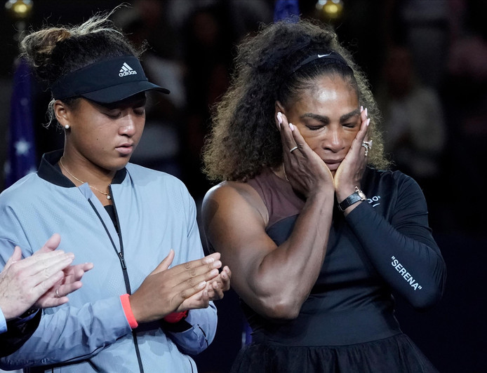 Serena Williams en Naomi Osaka bij de prijsuitreiking.