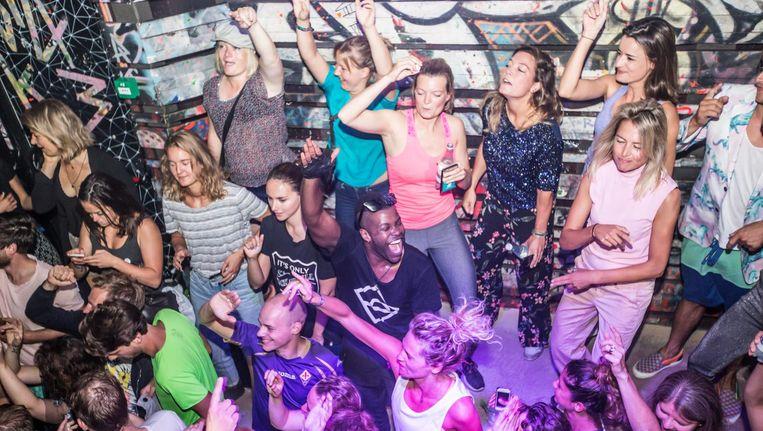 Het ochtendfeest in Club Nyx was met 350 bezoekers stijf uitverkocht. Beeld Eva Plevier