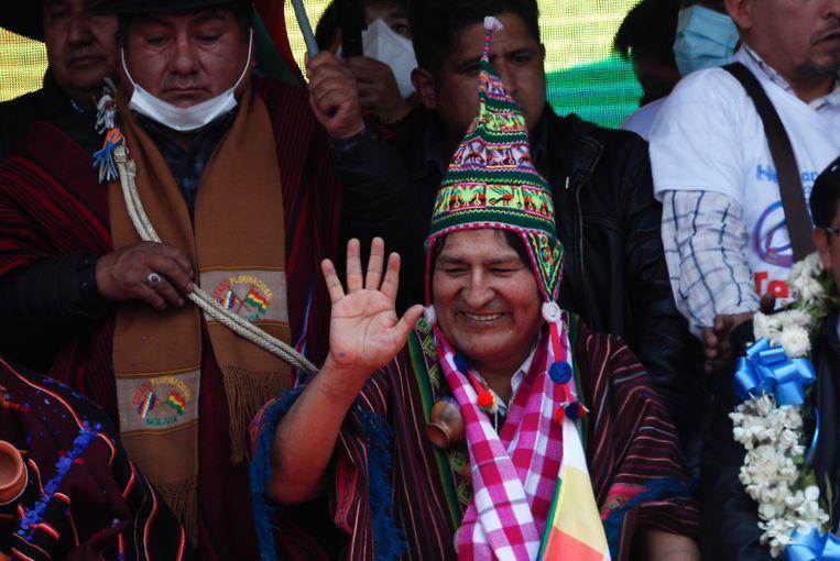 Evo Morales groet zijn aanhangers na aankomst in Villazon, een Boliviaans stadje aan de grens met Argentinië. Beeld AP