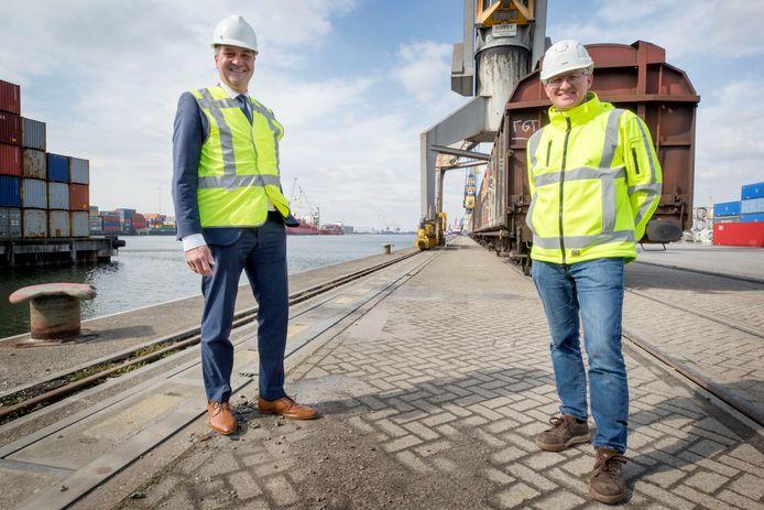 Havendirecteur Ferdinand van den Oever (links) en CCT-directeur Luc Smits op de kade van Combined Cargo Terminals op industrieterrein Moerdijk. Samen hebben ze flink geïnvesteerd in meer spoorcapaciteit.