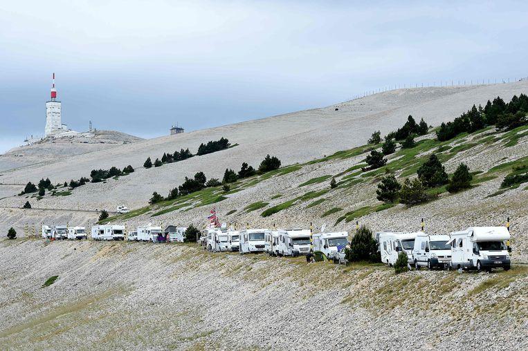 Supporters van de Tour de France in campers langs de route.  Beeld AFP