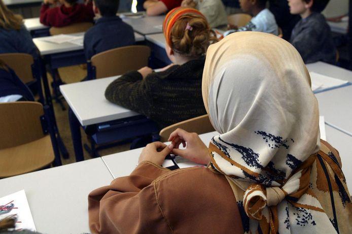 De Oost-Vlaamse gouverneur heeft het verbod op kledij eigen aan een bepaalde cultuur of levensbeschouwing vernietigd.