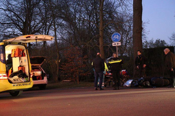 Zowel de scooteraar als de wielrenner zijn naar het ziekenhuis gebracht