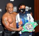 Mike Tyson (links) na de partij op de foto met Jamaine Ortiz, een bokser uit een andere gewichtsklasse.