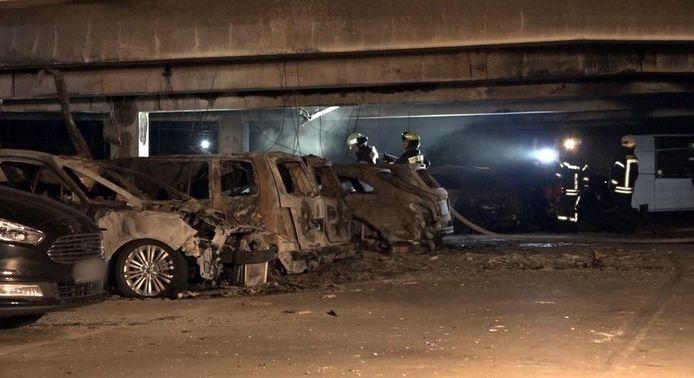 In een parkeergarage op vliegveld Münster-Osnabrück zijn 50 auto's volledig verwoest door een brand.